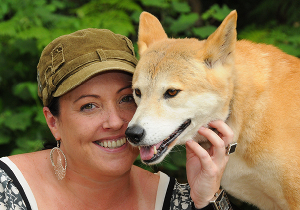 Visitor with a dingo.