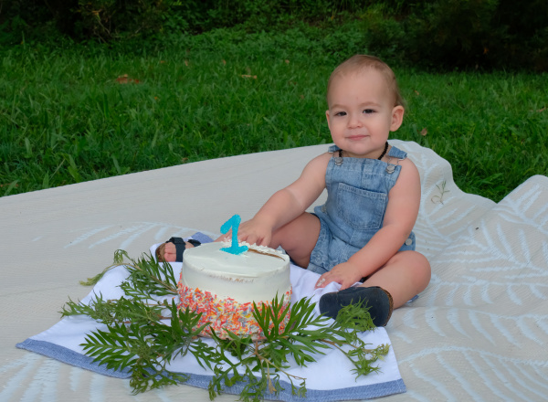 cake smash baby with cake